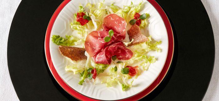 Insalatina di Bresaola con mozzarella affumicata e pane croccante iodato