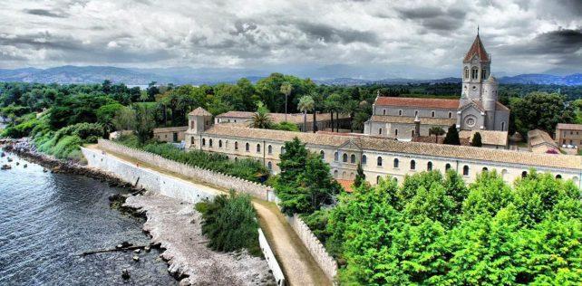 Viaggi futuri. Con i monaci di St. Honorat: isolamento, vini eccellenti e molto altro
